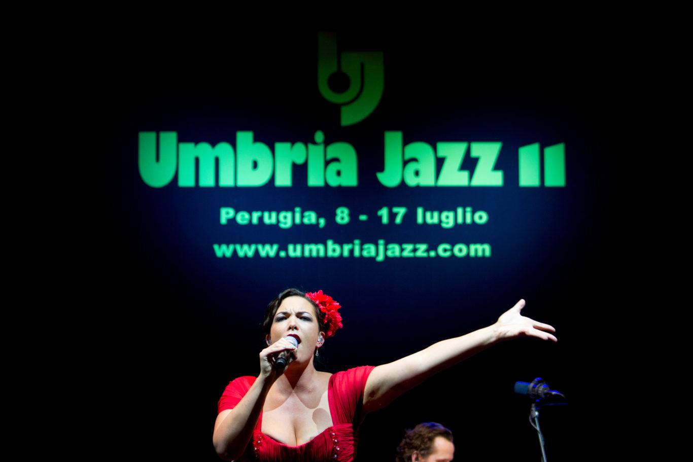 Umbria Jazz 2011 - Perugia arena Santa Giuliana concerto di apertura del festival Umbria Jazz 2011, sul palco Caro Emerald, artista di origini olandesi. Il suo sound  un ritmo pop con forte richiamo al jazz.