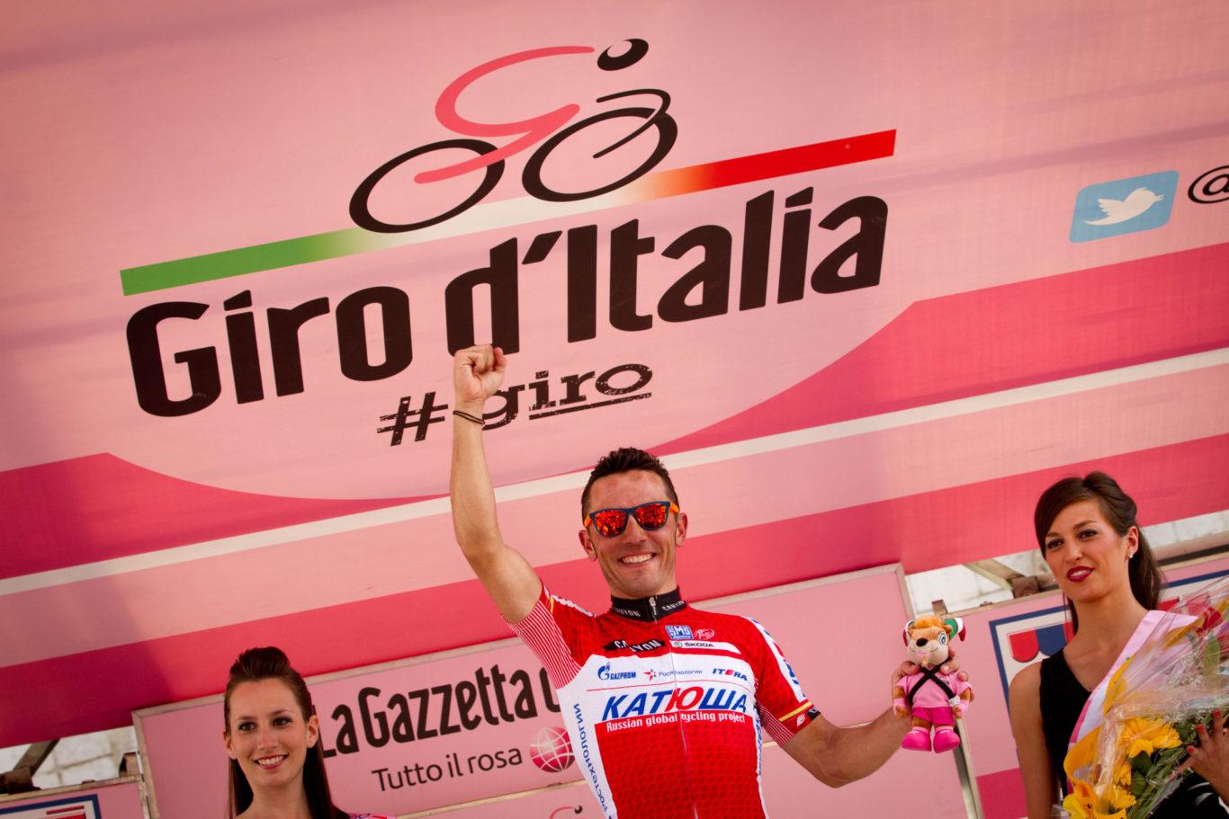 ASSISI-GIRO D'ITALIA 2012-TAPPA 10-IL VINCITORE DELLA TAPPA, RODRIGUEZ OLIVER JOAQUIN, VIENE PREMIATO SUL PALCO.