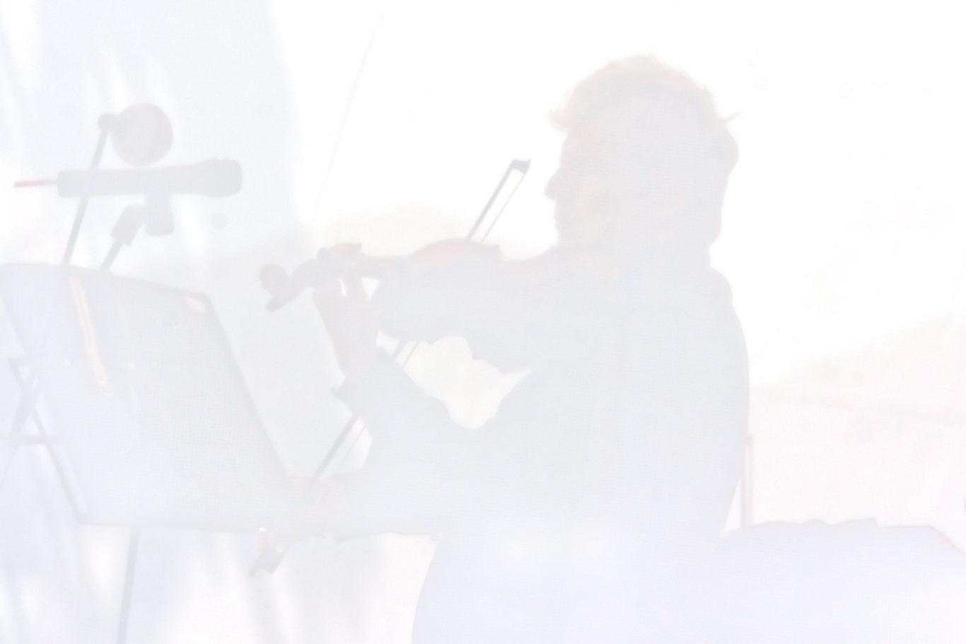 """Standing ovation per Uto Ughi a Castelluccio di Norcia Il maestro insieme ai Filarmonici di Roma invadono la piana di Castelluccio di Norcia con le loro melodie.  E' stato un successo di pubblico il concerto del maestro Uto Ughi nel pian grande di Castelluccio. Circa 2000 persone hanno circondato il palco montato ai piedi della cittadella che regna sulla valle del pian grande di Norcia. Laura Musella, direttore artistico del festival """"Assisi nel mondo"""" che ha permesso la realizzazione dell' evento,  la prima a salire sul palco per ringraziare tutta l'organizzazione e ricordare al pubblico il progetto """"Omaggio all'umbria"""" nel quale si  impegnato anche questo anno il festival. Come ogni anno il festival prosegue il progetto dell'Unicef """"Schools for Africa"""" al quale  stato dedicato anche questo anno l'intere kermesse. E' stata poi la volta di Uto Ughi a salire sul palco che con il suo sorriso e la sua tranquillitˆ ha dato il via al concerto. Prima di ogni esecuzione in maniera molto semplice ha spiegato al pubblico la melodia che si accingeva a eseguire. Il suono del violino e del resto dell'orhcestra che accompagnava Ughi si perfettamente fusa con il suono del vento che soffia nella piana creando un'atmosfera unica. A completare la serie di emozioni il paesaggio unico della piana e del monte vettore che la sovrasta. La manifestazione ha sottolineato l'importanza del luogo per il turismo dimostrando che gli eventi di qualitˆ vengono seguito da un pubblico sempre numeroso.  Esperti di musica e appassionati di montagna hanno quindi trascorso una mattinata piena di emozioni all'insegna della natura e della buona musica. Alcuni seduti, alcuni in piedi, altri sdraiati, hanno avuto il piacere di passare due ore in completo relax sotto un splendido cielo azzurro. Per chi  appassionato di montagna e di musica l'analogia con il festival """"I suoni delle dolomiti"""" non sarˆ sicuramente sfuggita, in attesa di qualche cosa di simile in Umbria, ci accontentiamo di questo evento."""
